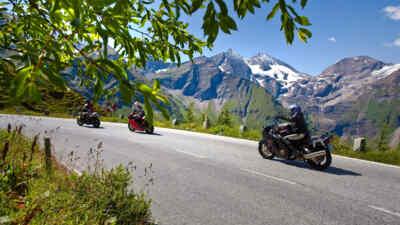 Motorradfahrer entlang der Hochalpenstraße