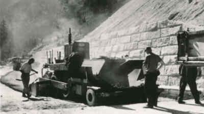 Arbeiter mit Maschinen auf der Gerlos Alpenstraße