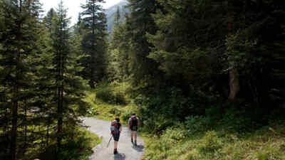 Zwei Wanderer auf der Gerlosstrasse