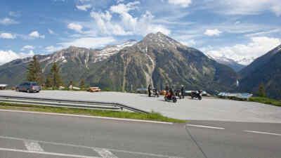 Motorradfahrer am Parkplatz