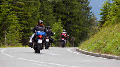 3 Motorradfahrer Rückseite