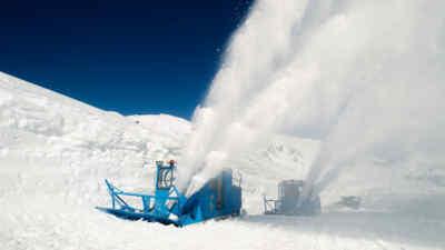 Großglockner Schneeräumung mit Rotationspflügen