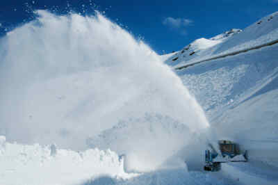 Snow clearence with a rotary snow plough