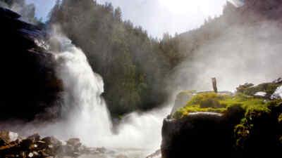 Frau bei den Wasserfällen
