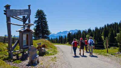 Wanderer auf einem Wanderweg entlang der Villacher Alpenstraße