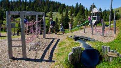 Kinder am Spielplatz in den Kärntner Alpen