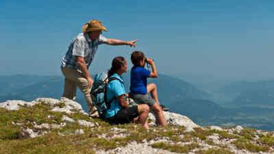 Familie genießt die Aussicht am Dobratsch