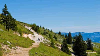 Wanderer auf einem Wanderweg an der Villacher Alpenstraße