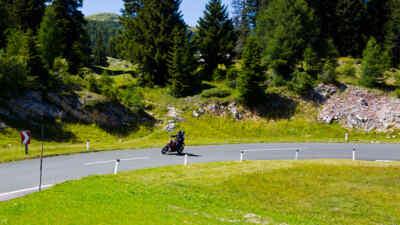 Motorradfahrer auf der alpenstrasse