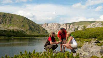 Wanderer beim Nassbodensee in den Nockbergen